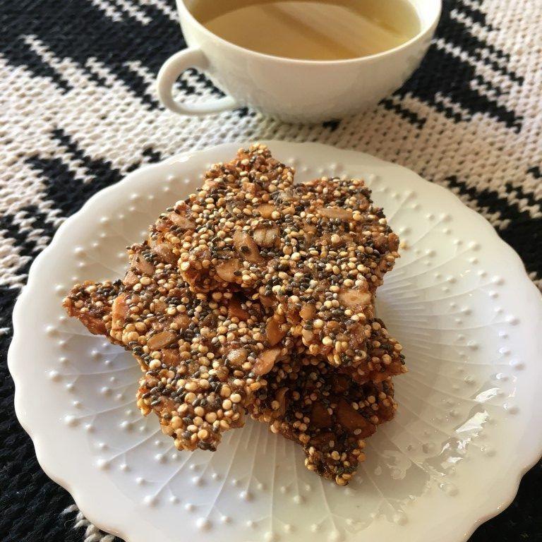 שברי עוגיות לצד תה