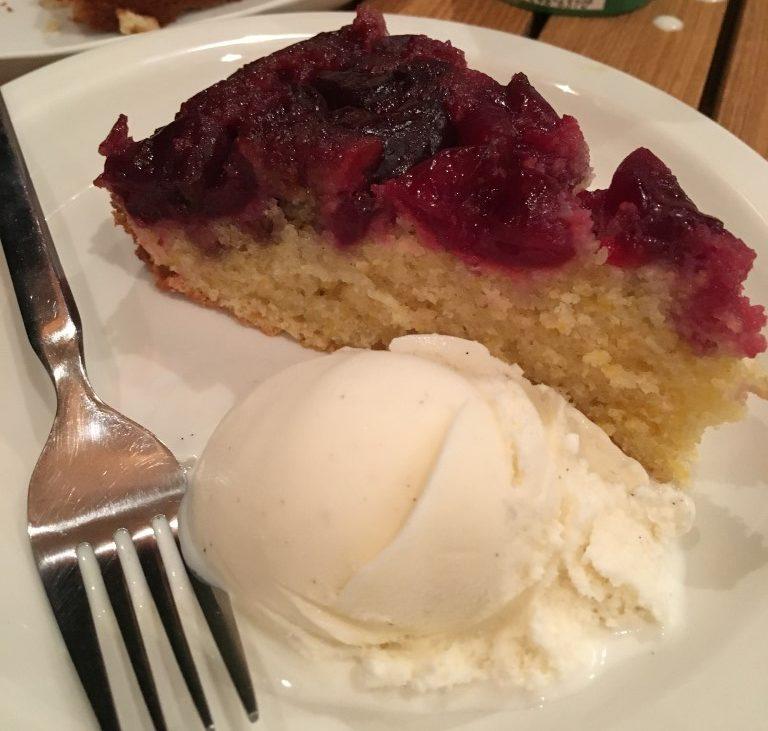 פרוסת עוגה עם גלידה