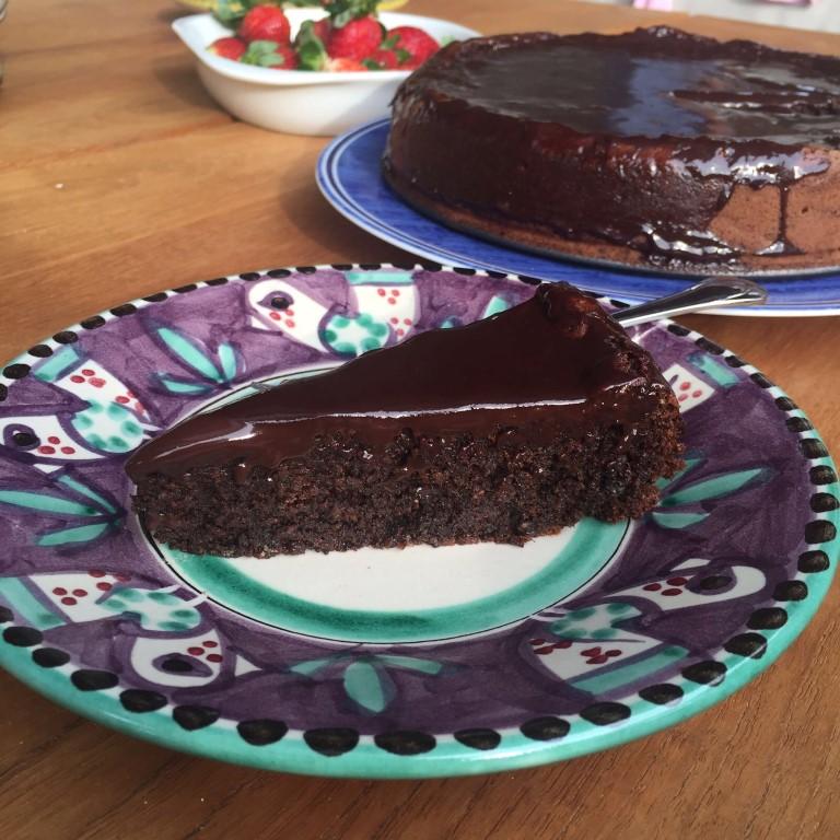 פרוסת עוגת פרג ושוקולד