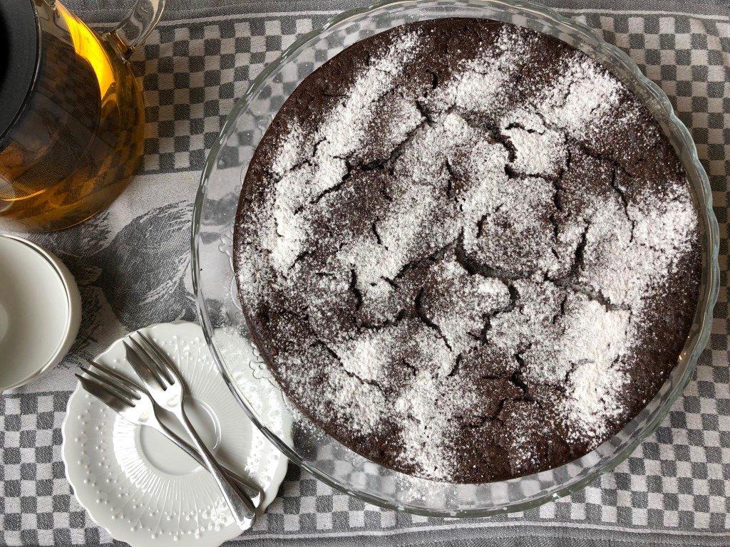 עוגה שלמה לצד תה