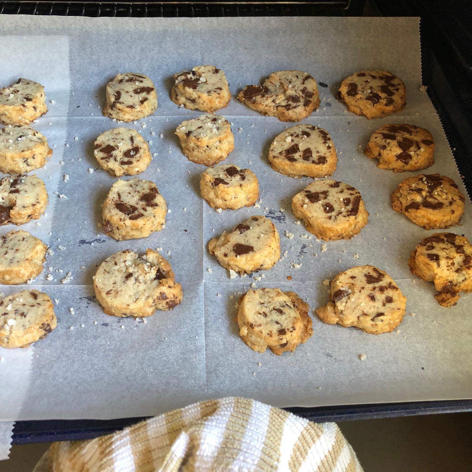 העוגיות יוצאות מהתנור